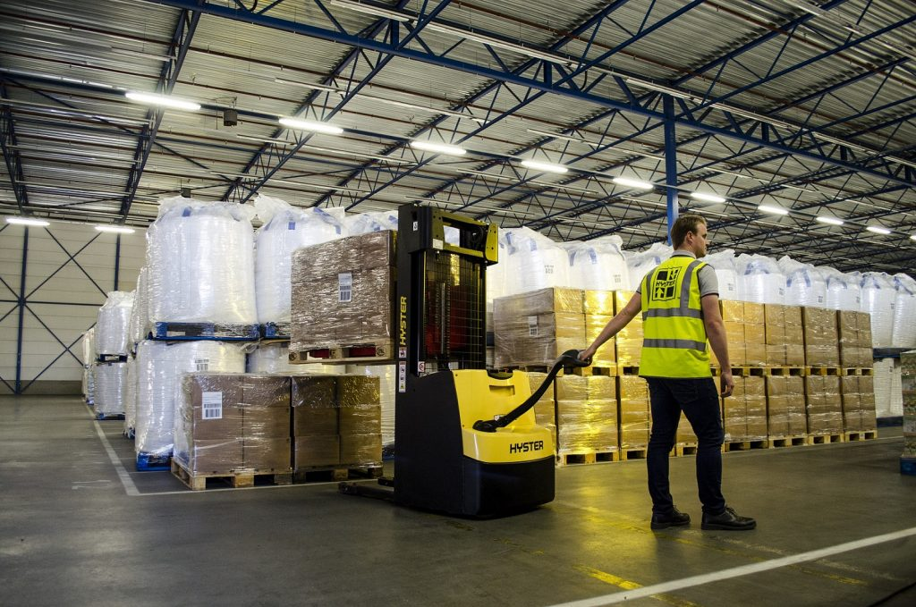 HYSTER PALLET STACKER FOR PORTSIDE WAREHOUSE APPLICATIONS